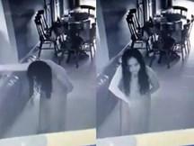 Chủ nhà kinh hãi khi xem camera thấy nữ giúp việc xõa tóc nhìn trừng trừng vào máy quay