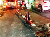 Thót tim chiếc xe khách lao vào thanh chắn đường sắt