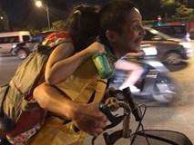 Cảnh người đàn ông cõng con khiến bao phương tiện trên phố Hà Nội khựng lại trong giây lát