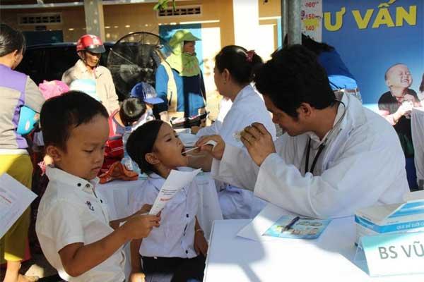 Trao 64.000 ly sữa cho 700 học sinh nghèo Bình Định-2