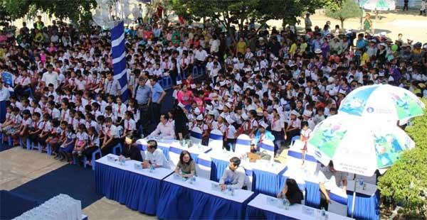 Trao 64.000 ly sữa cho 700 học sinh nghèo Bình Định-3