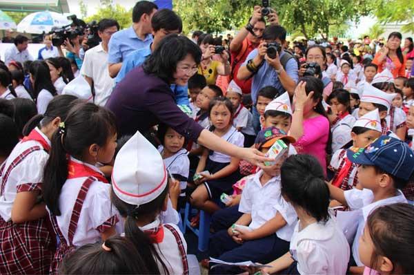 Trao 64.000 ly sữa cho 700 học sinh nghèo Bình Định-5