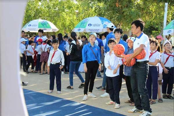 Trao 64.000 ly sữa cho 700 học sinh nghèo Bình Định-1