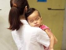 Tìm người thân cho bé gái 15 tháng tuổi bị bỏ rơi tại công viên Hòa Bình trong tình trạng sốt cao