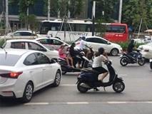 Hà Nội: Người phụ nữ dừng xe giữa đường buôn điện thoại, mặc kệ dòng đời qua lại tấp nập