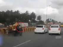 Bố mẹ ngã văng xuống đường vì tai nạn, con nhỏ một mình ngơ ngác trên xe máy phóng vun vút
