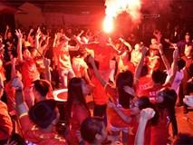 Cổ động viên nhảy múa tưng bừng mừng Olympic Việt Nam vào tứ kết ASIAD