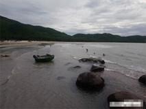 Dự sinh nhật thầy giáo ngoài bãi biển, 5 học sinh bị sóng cuốn trôi