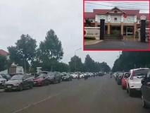 Phụ huynh đi họp cho con, hơn 500 ô tô đậu kín đường