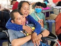Xót cảnh người mẹ già còng lưng, dìu đứa con trai méo đầu đến bệnh viện mà không đủ tiền để chữa trị