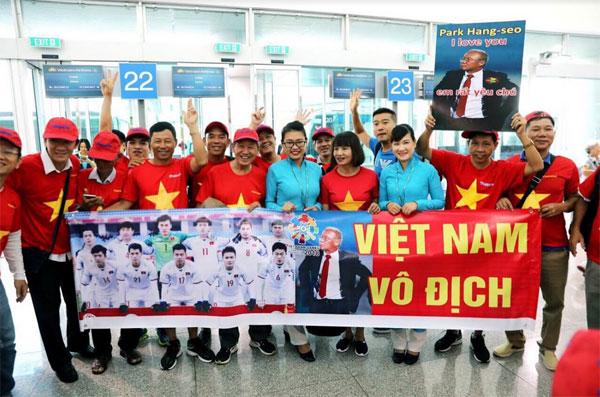 Ngập sắc đỏ trên chuyến bay Vietnam Airlines sang Indonesia-6