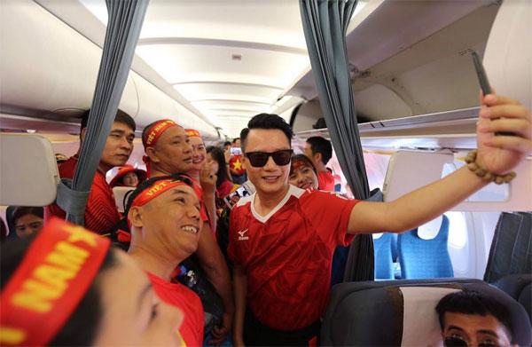 Ngập sắc đỏ trên chuyến bay Vietnam Airlines sang Indonesia-1