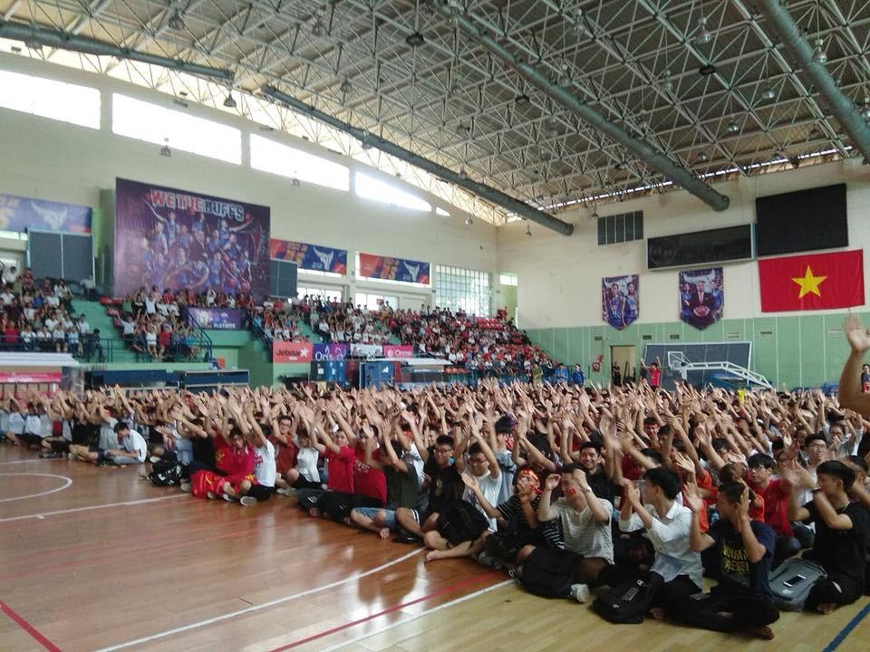 Chảo lửa người hâm mộ tại các trường Đại học cờ hoa rộn ràng, sẵn sàng tiếp sức cho Olympic Việt Nam-2