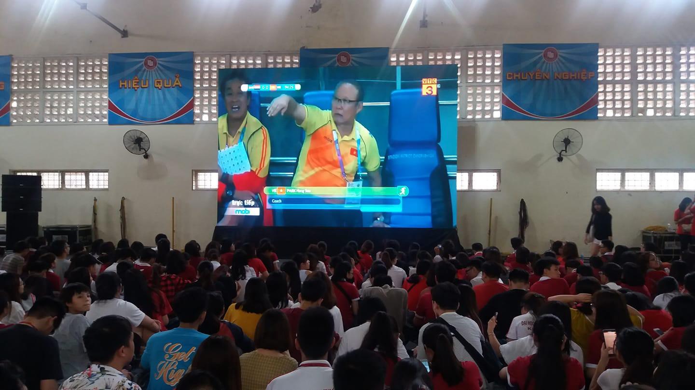 Chảo lửa người hâm mộ tại các trường Đại học cờ hoa rộn ràng, sẵn sàng tiếp sức cho Olympic Việt Nam-1