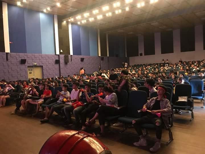 Chảo lửa người hâm mộ tại các trường Đại học cờ hoa rộn ràng, sẵn sàng tiếp sức cho Olympic Việt Nam-13