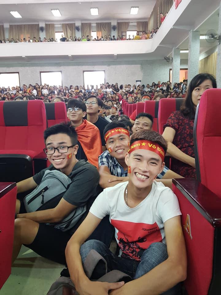 Chảo lửa người hâm mộ tại các trường Đại học cờ hoa rộn ràng, sẵn sàng tiếp sức cho Olympic Việt Nam-8