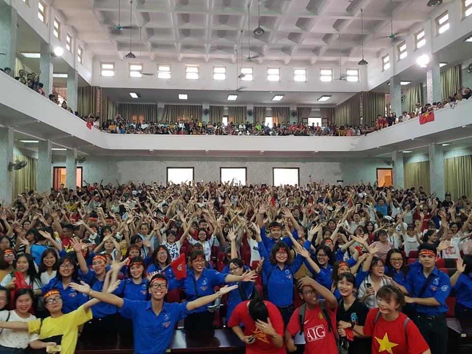 Chảo lửa người hâm mộ tại các trường Đại học cờ hoa rộn ràng, sẵn sàng tiếp sức cho Olympic Việt Nam-6