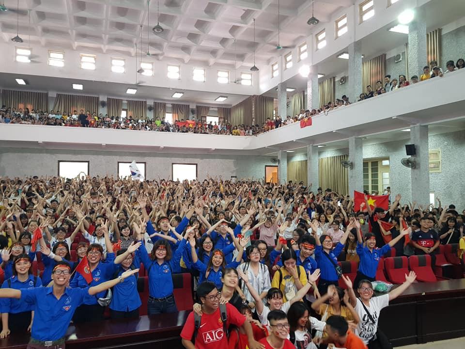Chảo lửa người hâm mộ tại các trường Đại học cờ hoa rộn ràng, sẵn sàng tiếp sức cho Olympic Việt Nam-7