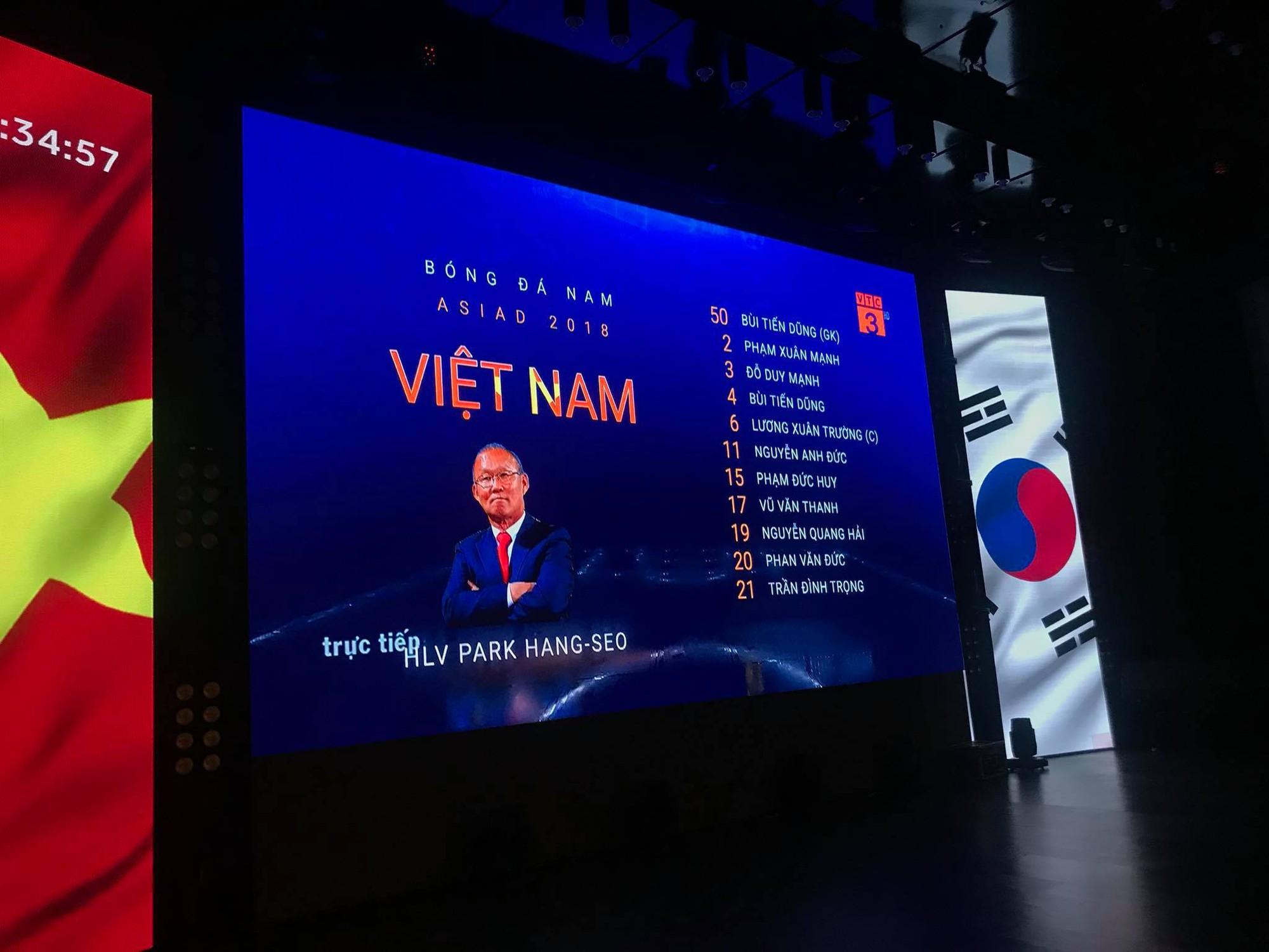 Chảo lửa người hâm mộ tại các trường Đại học cờ hoa rộn ràng, sẵn sàng tiếp sức cho Olympic Việt Nam-4