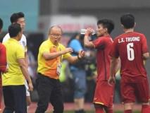 Tại sao cầu thủ liên tục súc miệng và nhổ nước ra sân giữa trận đấu