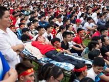 Người đàn ông khuyết tật nằm trên xe cáng cổ vũ Olympic Việt Nam: Hình ảnh xúc động nhất bên lề trận đấu ngày hôm qua