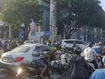 Một số quán cà phê Hà Nội ngang nhiên bán bóng cười ngay tại vỉa hè, nếu thích có thể mua cả bình mang lên ô tô-5