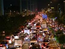 Kẹt xe kinh hoàng trên đường vào sân bay Tân Sơn Nhất, người dân bỏ ô tô bắt xe ôm để kịp giờ check-in