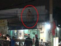 Người đàn ông nghi ngáo đá dùng kéo uy hiếp người thân, leo lên mái nhà cố thủ