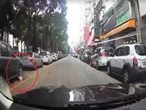 Rùng mình clip sang đường bất ngờ, em bé bị ôtô tông trúng bất tỉnh tại chỗ