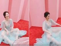 Ngọc Trinh đẹp lộng lẫy trong bộ váy cô tiên xanh, nhưng dáng ngồi của cô nàng mới là điều dân tình xôn xao bàn tán