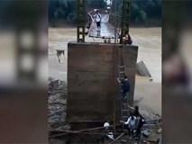 Thót tim cảnh học sinh Phú Thọ leo thang tre qua cầu chờ sập đi học