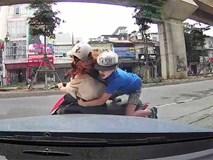 Mẹ đèo con nhỏ đi ngược chiều, va vào ô tô ngã văng trên phố