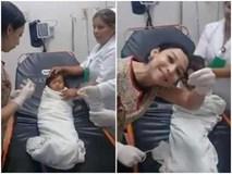 Bác sĩ lấy đồng xu trong cơ thể bé gái mà không cần động dao kéo khiến MXH trầm trồ