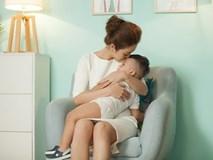 Con trai út của Jennifer Phạm kháu khỉnh và ngoan ngoãn trong vòng tay mẹ