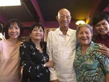 Sau khi xuất viện, diễn viên Lê Bình chống gậy, vui vẻ đi xem phim cùng bạn bè