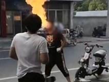 Thanh niên biểu diễn ngậm dầu phun lửa cho bạn xem, ai ngờ cháy luôn cả gương mặt