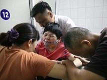 Bé gái 10 tuổi gào khóc khản cổ vì đau đớn, người mẹ khóc không dám quay lại nhìn con