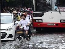 Hà Nội mưa lớn, nữ sinh uể oải vượt sóng về nhà