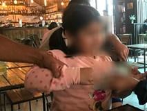 Người mẹ đau đớn làm đơn tố cáo gã hàng xóm hiếp dâm con gái 5 tuổi: 'Lúc hỏi, con bé khờ khạo nói bị ông ấy làm đau'