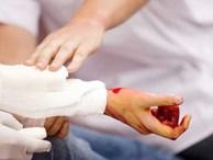 Trường hợp bị cứa đứt động mạch, làm thế nào để sơ cứu đúng chỉ trong vài phút sống còn?