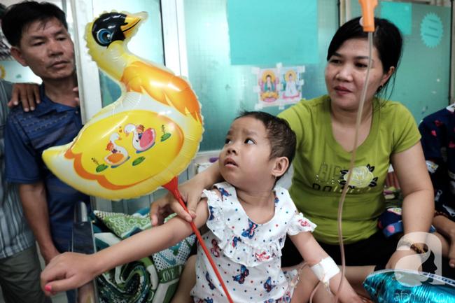 """Tâm sự quặn lòng của người mẹ một mình chăm con ung thư vòm họng: Bé mới đón trung thu lần đầu trong viện, không biết còn có lần sau""""-13"""