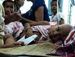 Ở Hà Nội, có một người mẹ mù gần 90 tuổi vẫn ngày đêm chăm đứa con gái điên: Còn sống được lúc nào, thì tôi còn nuôi nó-16
