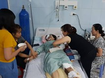 """Nước mắt của người vợ có chồng gặp tai nạn thảm khốc ở Lai Châu: """"Hy vọng một phép màu để anh ấy được sống"""""""