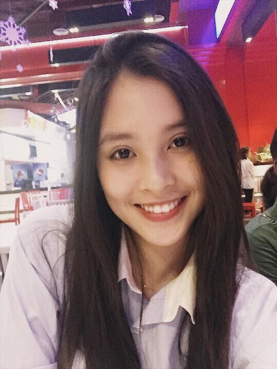 """Loạt ảnh ăn quán vỉa hè, lí lắc với bạn hay selfie"""" tự sướng của Tân Hoa hậu Việt Nam 2018 được hé lộ-17"""