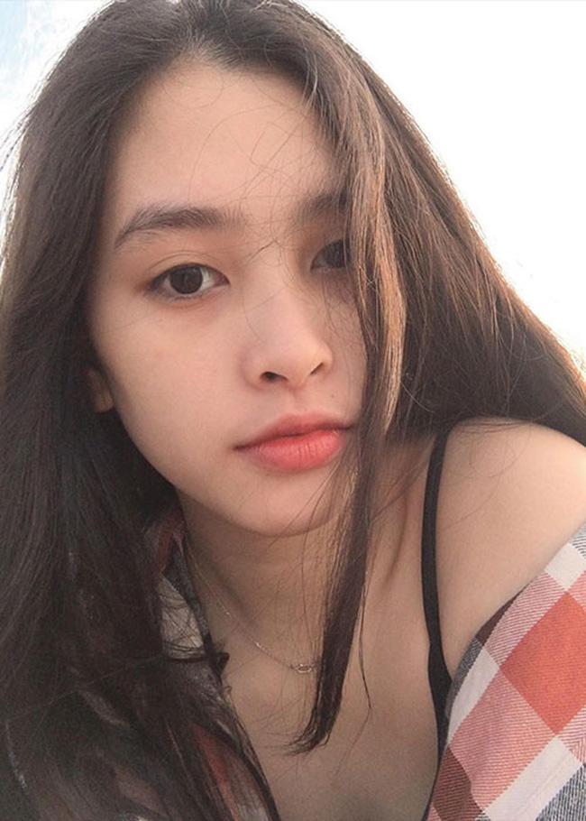 """Loạt ảnh ăn quán vỉa hè, lí lắc với bạn hay selfie"""" tự sướng của Tân Hoa hậu Việt Nam 2018 được hé lộ-2"""
