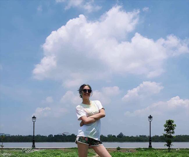 """Loạt ảnh ăn quán vỉa hè, lí lắc với bạn hay selfie"""" tự sướng của Tân Hoa hậu Việt Nam 2018 được hé lộ-5"""