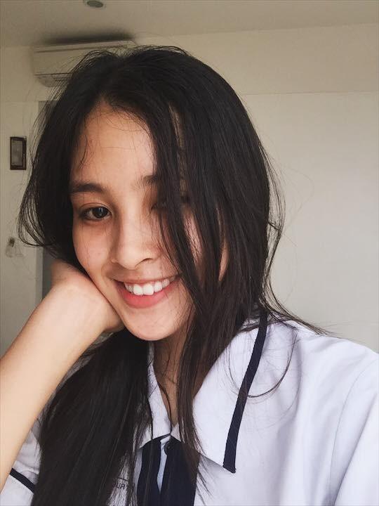 """Loạt ảnh ăn quán vỉa hè, lí lắc với bạn hay selfie"""" tự sướng của Tân Hoa hậu Việt Nam 2018 được hé lộ-3"""