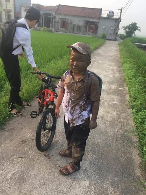 Lao xe xuống ruộng trên đường đi học, cậu bé này làm cư dân mạng cười ngặt nghẽo-2