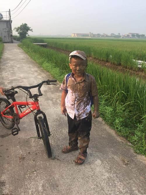 Lao xe xuống ruộng trên đường đi học, cậu bé này làm cư dân mạng cười ngặt nghẽo-3