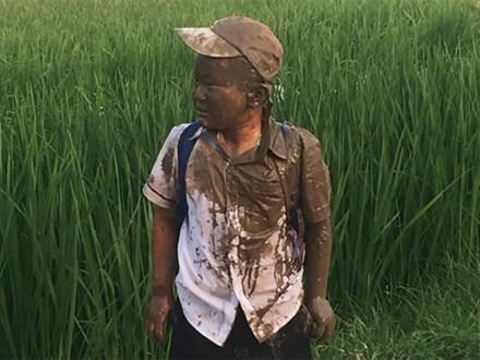 Lao xe xuống ruộng trên đường đi học, cậu bé này làm cư dân mạng cười ngặt nghẽo